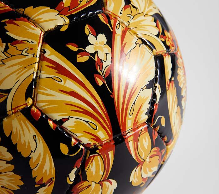 Ballon de foot Versace imprimé Barocco